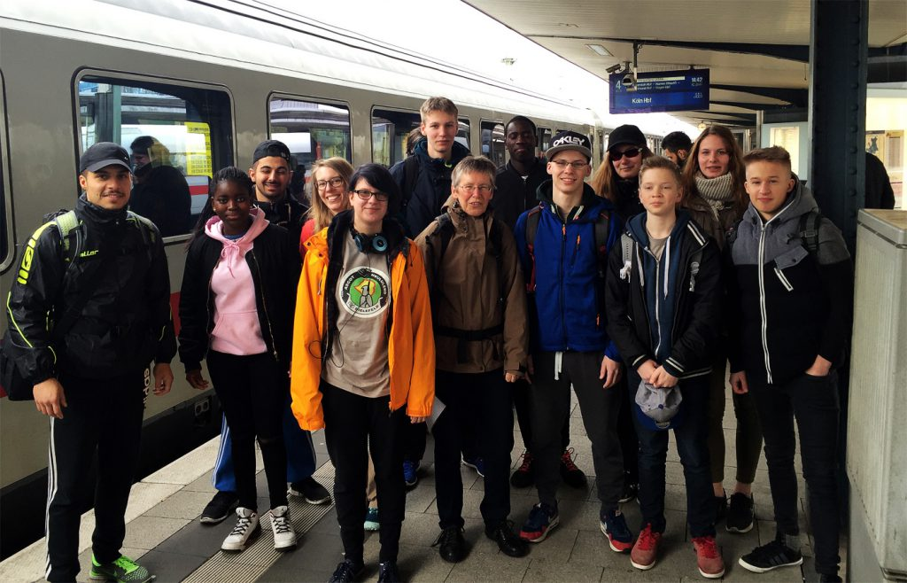 Am Bahnsteig bei der Anreise Gruppe