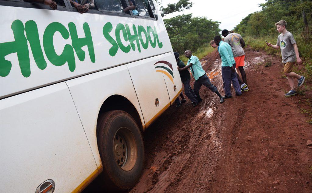Der Bus sitzt fest im Schlamm